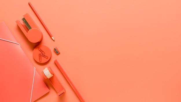 オレンジ色の背景に事務用品
