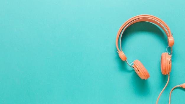 色付きの表面にオレンジ色のヘッドフォン
