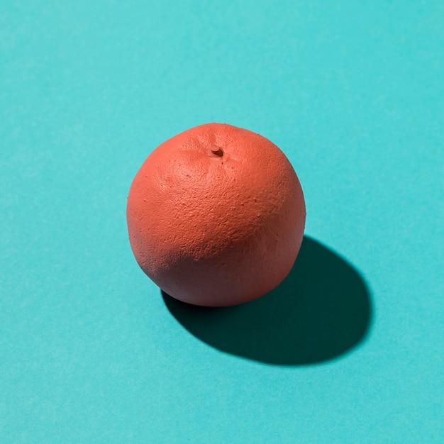 色付きの背景にピンクの柑橘系の果物