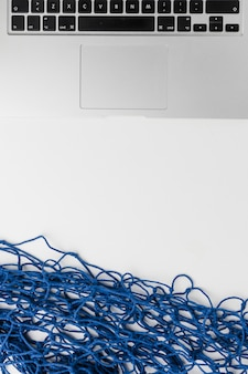 ノートパソコンと青い網タイツの組成