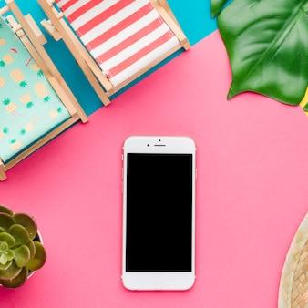 スマートフォンとビーチチェアのコンポジション