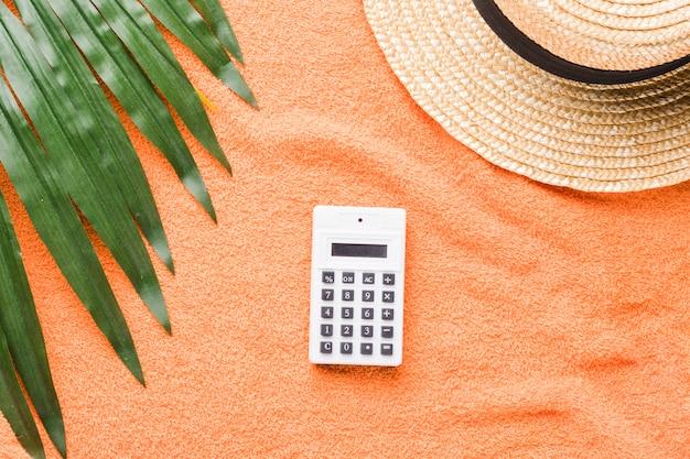 色付きの背景上の電卓と夏の組成