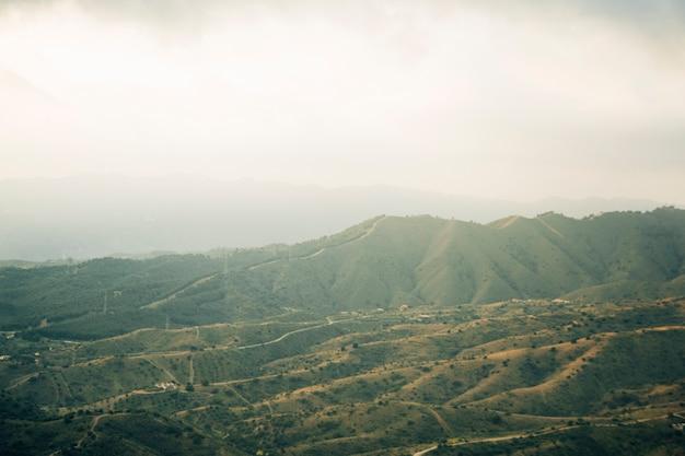 緑の山の風景の空撮
