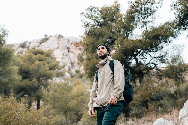 山でのハイキング彼のバックパックで男性ハイカーの肖像画