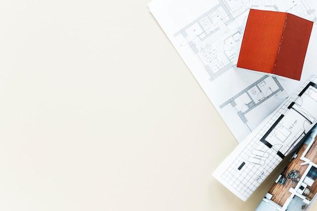小さな家のモデルと青写真のオーバーヘッドビュー