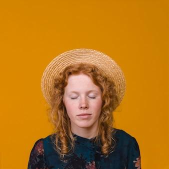 スタジオで魅力的な赤毛の女性