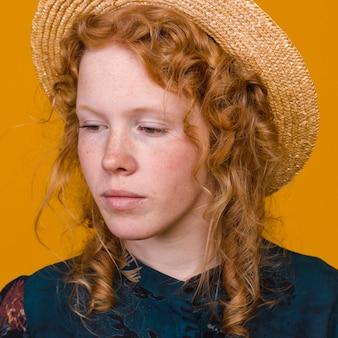 Прелестная рыжеволосая женщина в студии