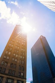 晴れた日に街並みの下から高層ビル