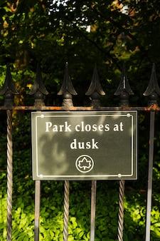 テキスト公園の看板が夕暮れ時に閉じます