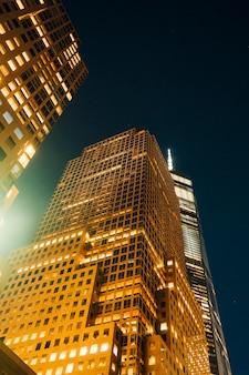 夜のモダンなビジネスビル