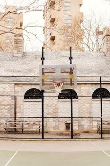 Пустая баскетбольная площадка в городе