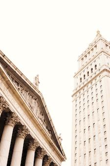 証券取引所と高層ビルのヴィンテージの屋根
