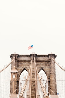 米国の旗とブルックリン橋