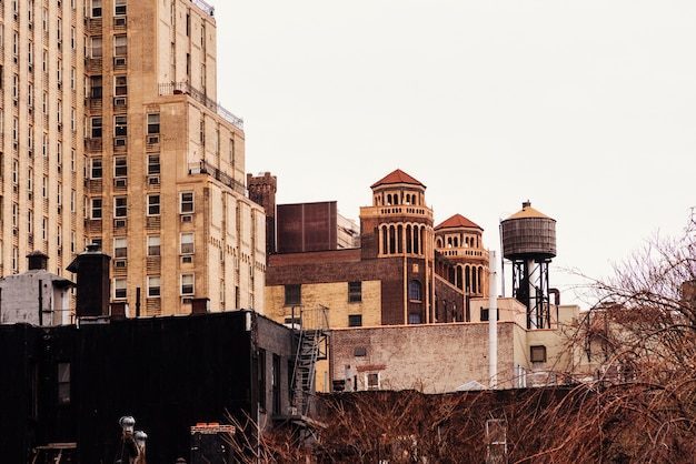 古い建物と給水塔