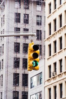 高層ビルの背景に信号機