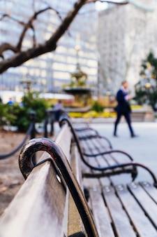 Деревянные скамейки в квадрате