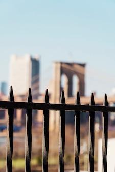 黒いフェンスを通ってブルックリン橋