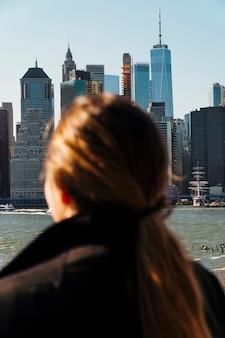 Женщина смотрит на городской пейзаж