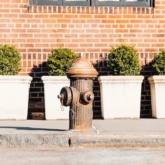Старый пожарный гидрант на улице