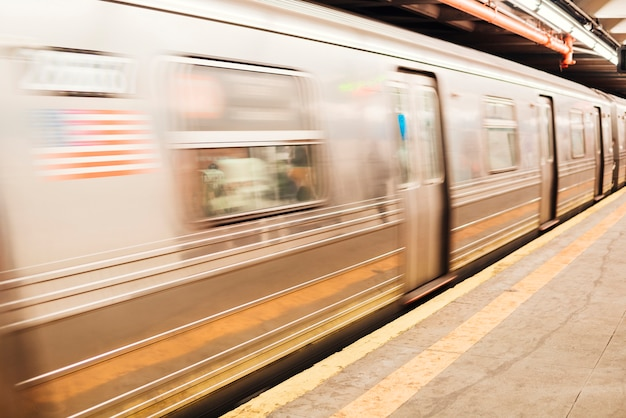 鉄道駅でのメトロ電車