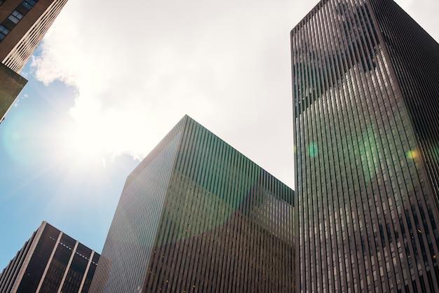 高層ビルと雲と青い空