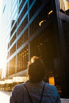 高層ビルの上を見ている人