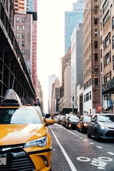 ニューヨークの道路上のトラフィックがたくさん