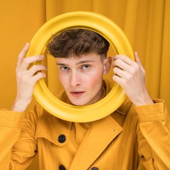 Портрет модного мальчика с кольцом