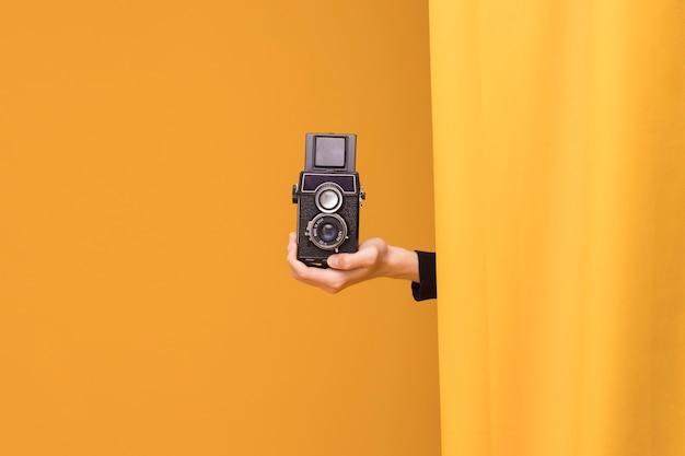 Мальчик снимает видеокамерой в желтой сцене