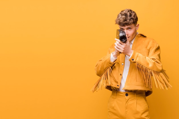 黄色のシーンでビデオカメラを持つ男