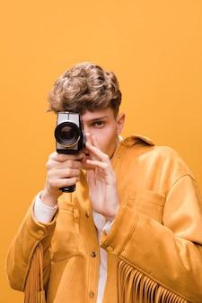 写真を撮るファッショナブルな少年の肖像画