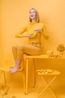 Портрет женщины в желтой сцене