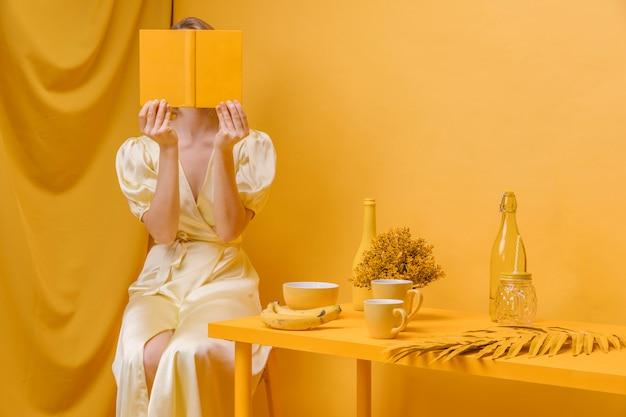 黄色のシーンで本を読む女の肖像