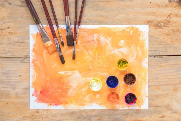 ガッシュと紙の上の絵筆の組成