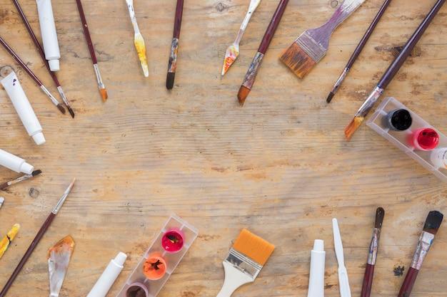 芸術家のための様々なプロ用具の構成