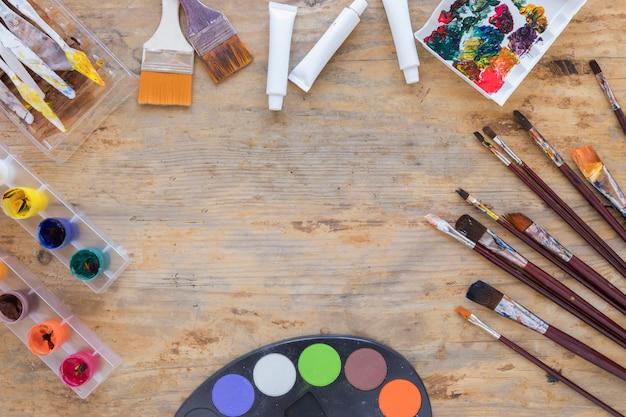 絵画のための様々なプロ用具をレイアウトする