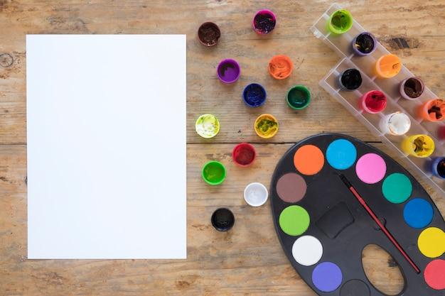 絵画文具と紙をレイアウトする