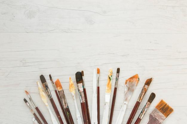 アート用の汚れたペイントブラシとナイフ
