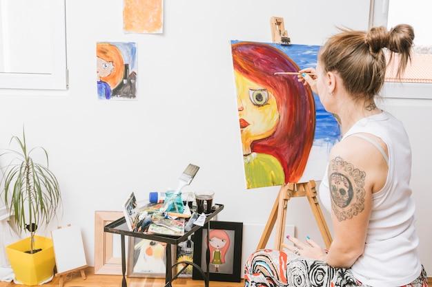 キャンバスに画家描画女