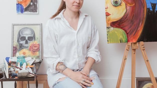 創造的なスタジオに座っている画家