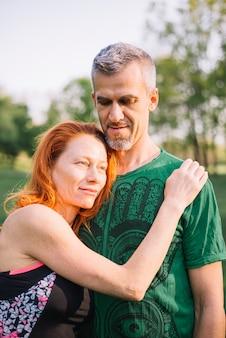 公園で愛情のあるカップルの肖像画