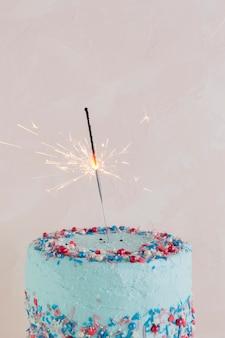 Натюрморт с вкусным праздничным тортом