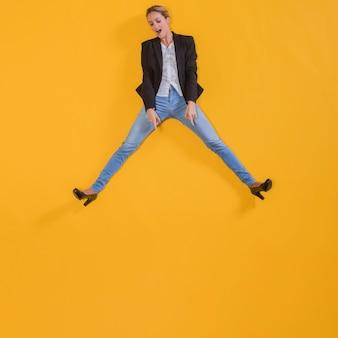 Женщина прыгает в воздухе