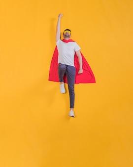Супергерой летит по небу