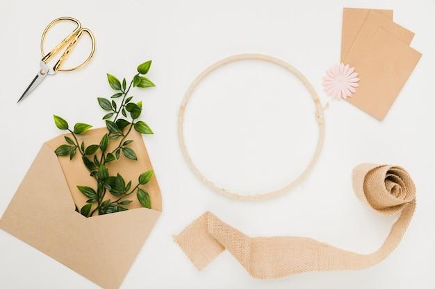 Концепция приглашения свадьбы канцелярских товаров в плоской планировке
