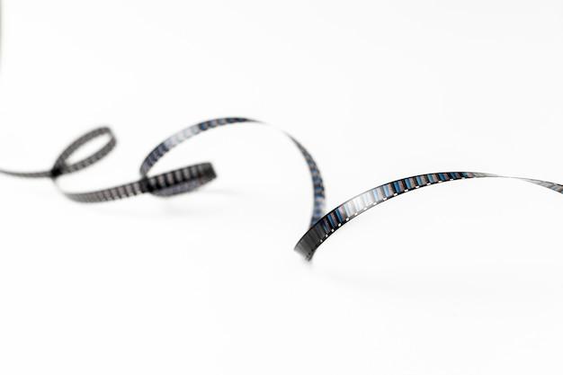 白い背景で隔離の渦巻き模様のフィルムストリップ