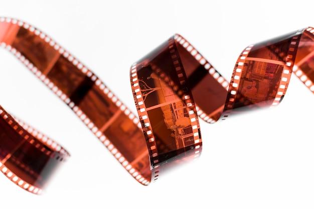 白の背景に分離された旋回ネガフィルム
