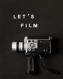 Видеокамера с текстовой пленкой на черном фоне