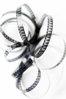 白い背景に分離されたもつれたフィルムストライプの俯瞰