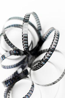 白い背景の上の曲線フィルムストライプの上から見た図
